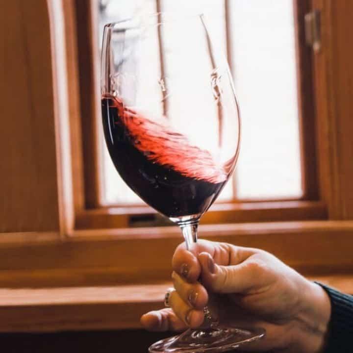 Lắc kỹ rượu trước khi uống