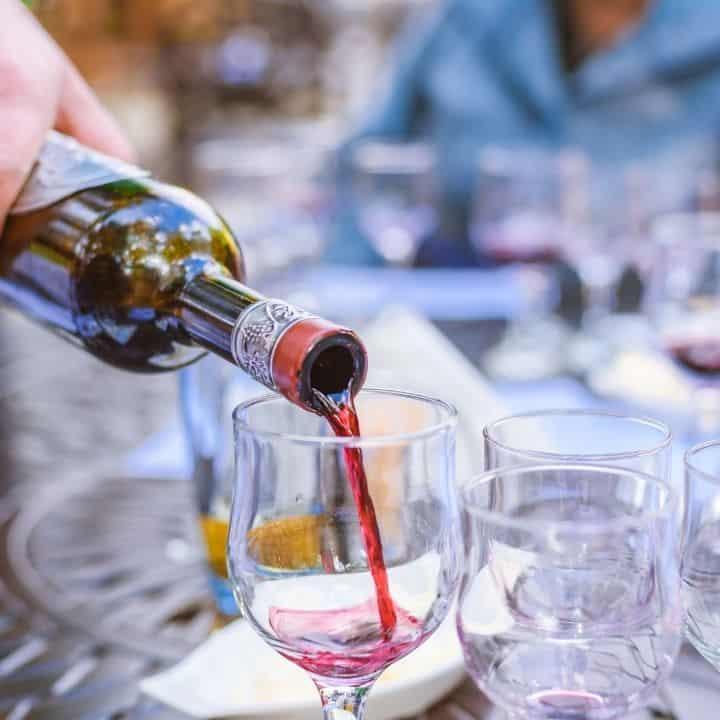 Cách cầm chai rượu vang