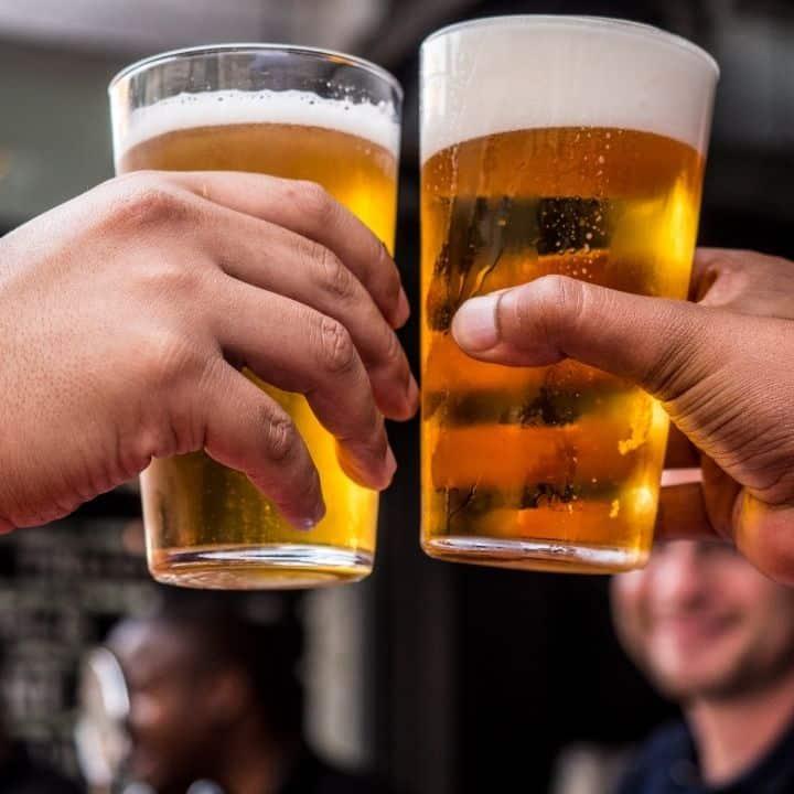 Cách cầm ly bia