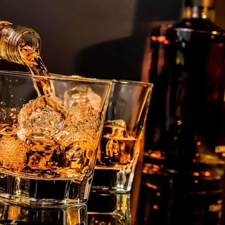 Cách cầm ly rượu whisky